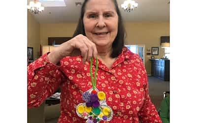 Morning Pointe Residents Make Crafts Inspired by Mardi Gras