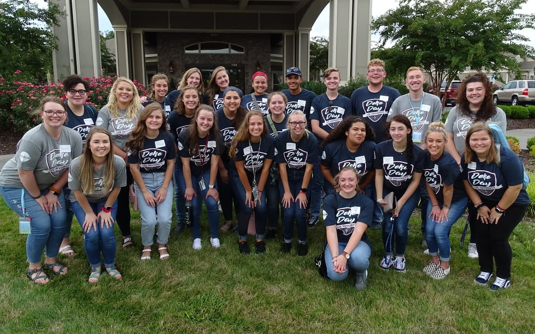 Lee Students Volunteer at Morning Pointe for Deke Day